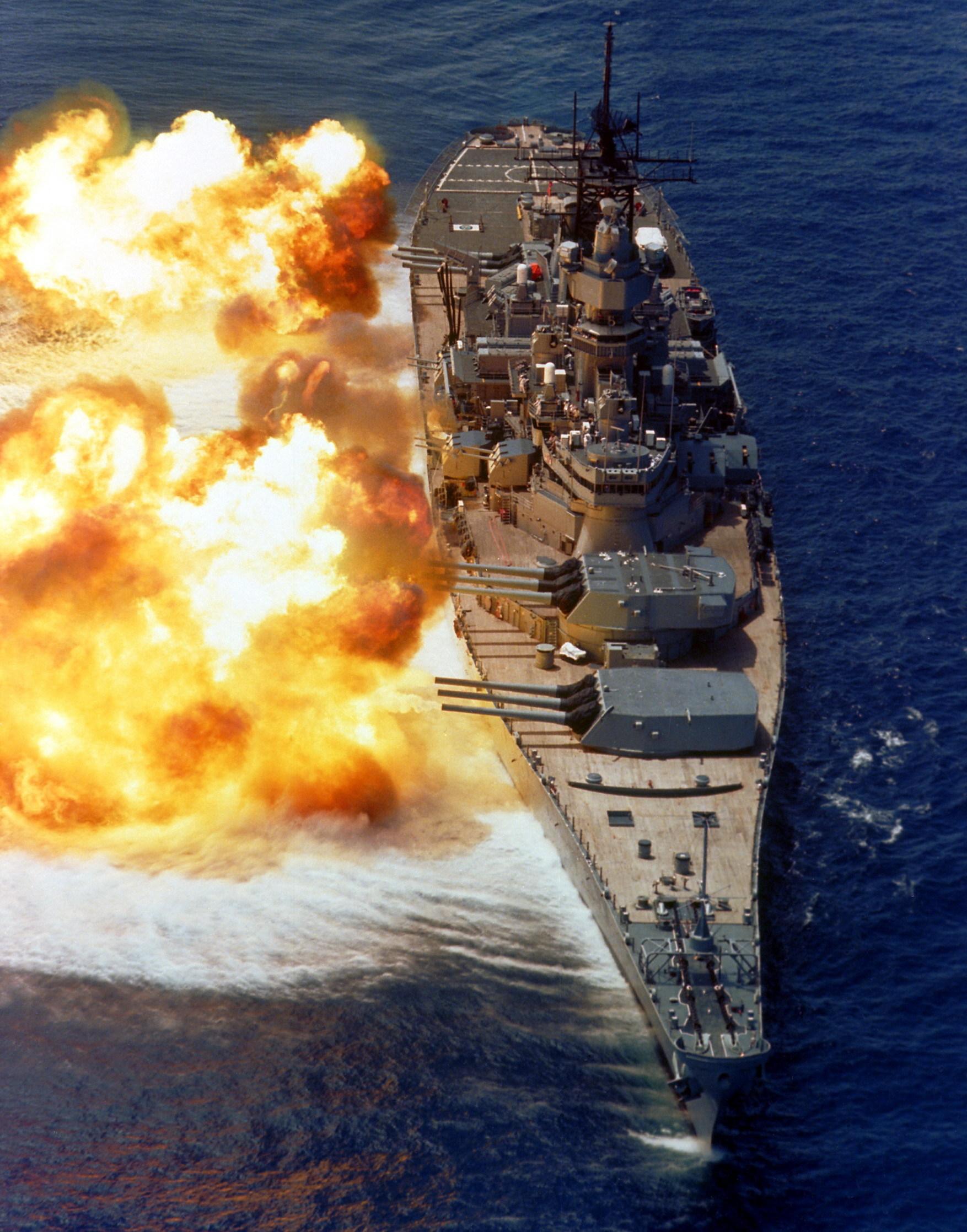 衣阿华级战列舰406毫米主炮齐射,巨大的后座力使舰体横移。