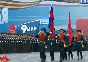 仪仗队举俄罗斯国旗和胜利旗入场