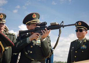 随行军官试用美军M4卡宾枪