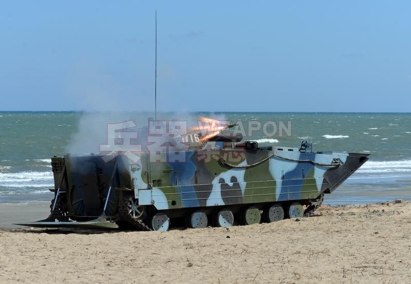 """正在发射""""红箭""""反坦克导弹的05式两栖战车,注意其尾滑板处于打开状态"""