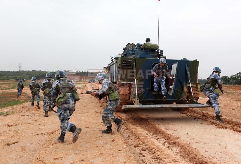 05式两栖战车搭载的海军陆战队员下车后随车冲锋