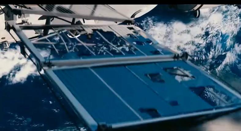 """《飞天》剧照:""""问天""""一号飞船太阳能帆板被击破"""