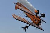 百年灵空中漫步飞行队倒立飞行