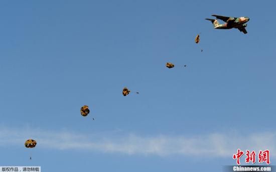 资料图:自卫队员从C-1运输机上伞降