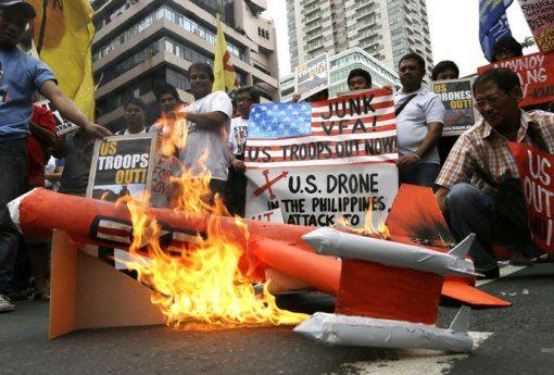 菲律宾示威民众在美国驻马尼拉使馆外焚烧美军无人机模型
