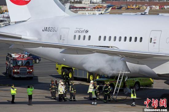 """当地时间1月7日,美国波士顿,一架日本航空波音787""""梦想客机""""货舱发生火情,飞机迫降波士顿机场,消防员随即进入舱内灭火。图片来源:CFP视觉中国"""