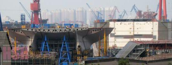 俄媒配图:疑似081型直升机登陆舰建造中