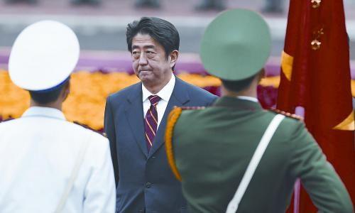 图片说明:日本首相安倍晋三16日开始对越南进行访问。图为安倍在越南河内机场检阅仪仗队。