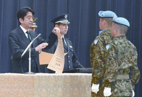 """20日,日本首相安倍晋三向回国的戈兰高地维和自卫队递交政府奖状。安倍在仪式上称,近年""""日本周边的安全保障环境更加严峻"""",为此将修改《防卫计划大纲》,进一步加强日美同盟。"""