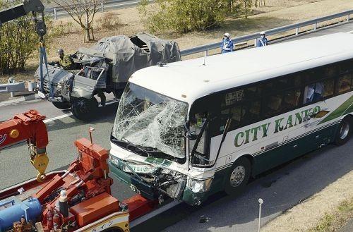 日本福冈县一辆旅游大巴2月16日上午与自卫队一辆运输卡车追尾。