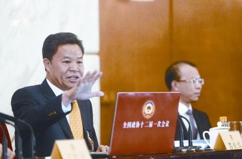 政协发言人吕新华(左一)2日在记者会上。