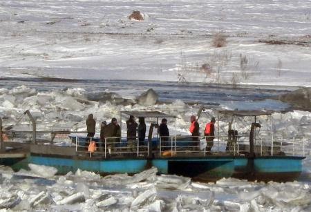 3月4日上午,被困人员在等待救援。新华社发 (王德林 摄)