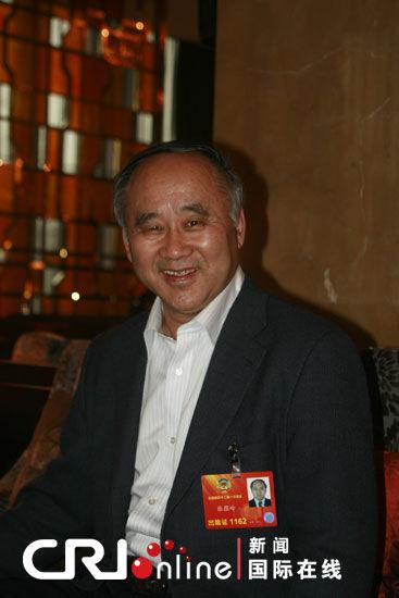 全国政协委员张蕴岭在驻地接受记者采访 (黎萌 摄)