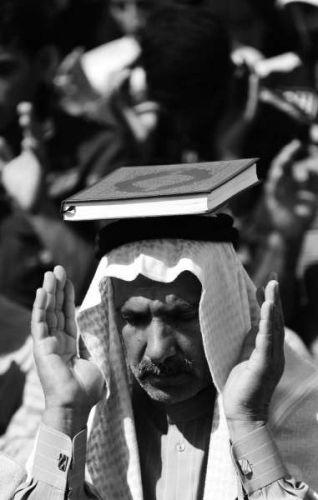 3月8日,数千名逊尼派民众在伊拉克费卢杰游行示威,抗议什叶派总理马利基主导的政府。