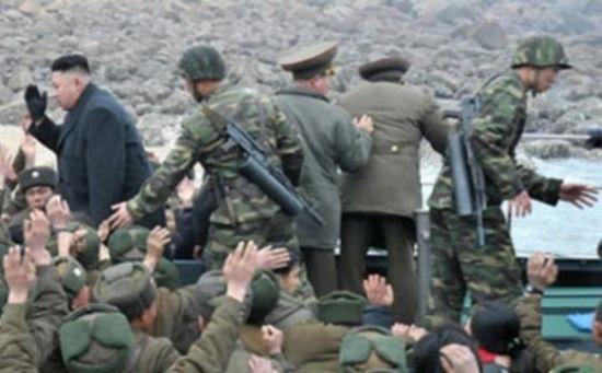 金正恩日前视察人民军,其身旁护卫人员携带武器引人注意。