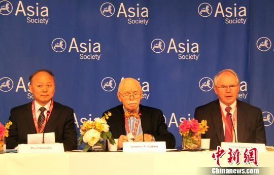 图为中国国防大学教授朱成虎少将和美国前助理国务卿希尔(右)出席研讨会。