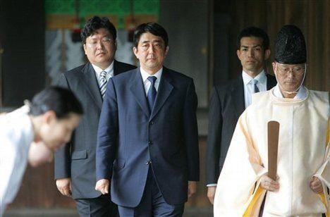 资料图:2012年安倍晋三参拜靖国神社