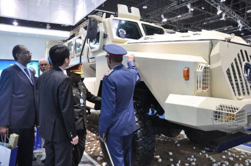 2月18日,参观者在第十一届阿布扎比国际防务展上参观中国保利科技有限公司推出的CS/VP3型防地雷反伏击车。