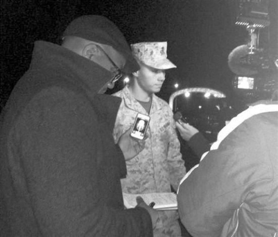 图为美海军基地发言人接受媒体采访。