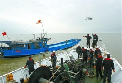 本市执法船舶与警务直升机联动,对非法捕捞船只进行检查。蒋迪雯 摄