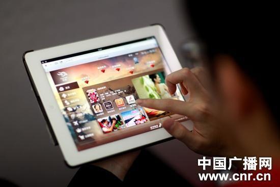 深圳航空实现乘客会在高空中使用Wi-Fi上网(中广网记者 郑柱子 摄)