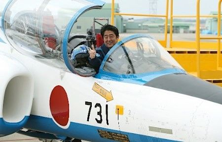 资料图:安倍登日本自卫队表演机