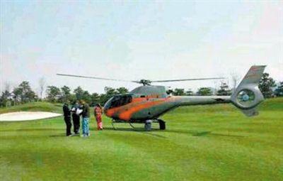 4月21日,一直升机降落在高尔夫球场。网友供图