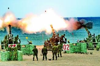 台湾陆军每年实施重炮射击,引发训练地附近渔民和居民不满。 《联合报》资料照片/记者潘欣中摄影