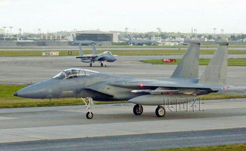 冲绳县美空军嘉手纳基地的F-15战机。(图片来源:共同社)