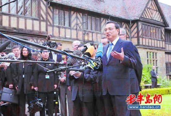 5月26日,李克强在德国勃兰登堡州参观波茨坦会议旧址。这是李克强在参观后发表讲话。新华社发