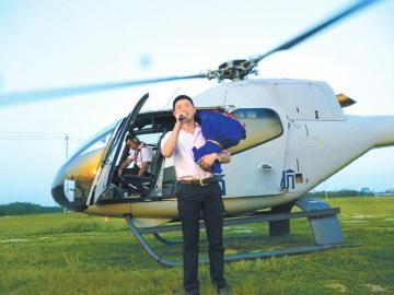 小伙唱着《爱你一万年》走下直升机