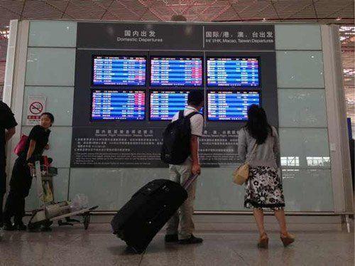 T3航站楼内旅客在看航班信息 新京报记者 薛�B 摄
