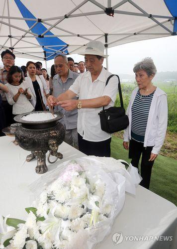 三名参加过朝鲜战争的中国老兵9日访问了位于韩国京畿道坡州市的公共墓地,参拜了阵亡战友的墓地。