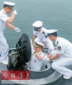12日,韩国海军参谋总长崔润喜(中)进入中国潜艇。
