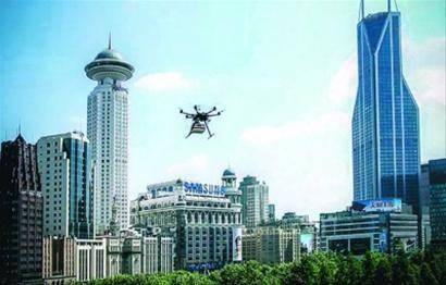 """直径1.1米的飞行器""""携带""""蛋糕在闹市上空飞行 截屏图"""