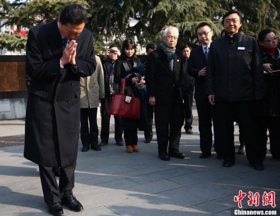 1月17日,正在中国访问的日本前首相鸠山由纪夫来到侵华日军南京大屠杀遇难同胞纪念馆参观,在刻有30万遇难同胞字样的石碑前,鸠山双手合十,低首默哀。中新社发 泱波 摄