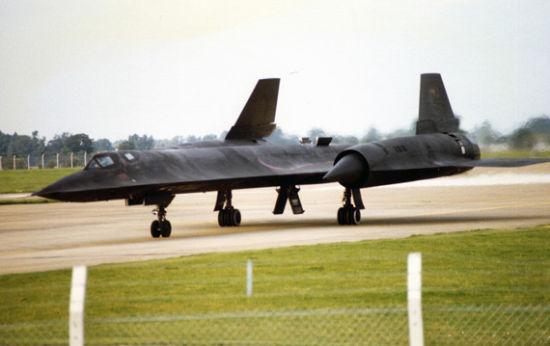 """美国SR-71A""""黑鸟""""战略侦察在跑道滑行"""