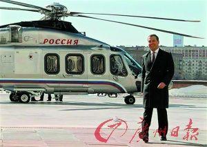 日前,俄罗斯总理梅德韦杰夫为缓解莫斯科交通压力,乘坐直升机上班。