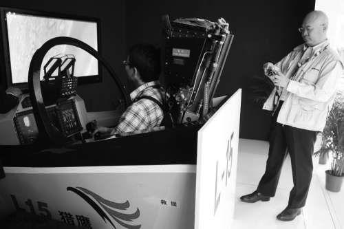 平可夫(后)在国际防务展上考察中国推出的飞行模拟设备