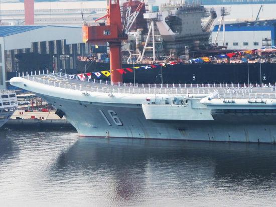 有军迷近日拍摄辽宁舰时,发现辽宁舰旁边的大型厂房内,有一个酷似辽宁舰舰首的黑影。