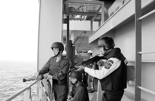 图为华信中安公司的武装安保在海上警戒。