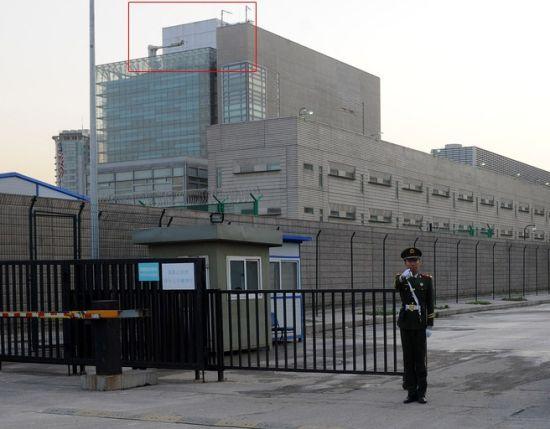 北京美国大使馆楼顶的白盒,疑似监听装置。