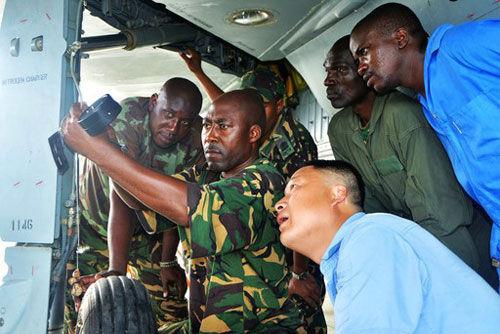 资料图:成飞工作人员与坦桑尼亚军方一起检修歼-7战机