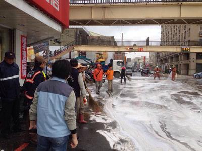 """新竹市经国路与延平路口上午约9时发生军用输油管爆裂意外,马路变成油路。""""中央社""""图"""