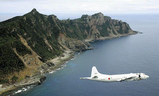 此文想定,中方战机试图击落日方P-3C并突袭后方的E-2C预警机。图为日本P-3C侵入我方钓鱼岛