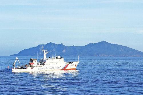中国海警船编队巡航钓鱼岛海域