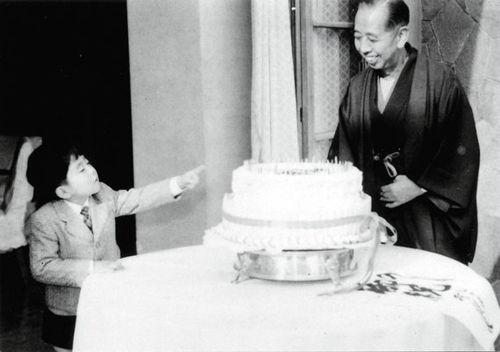 儿时的安倍晋三(左)为外祖父岸信介庆祝 52岁生日。(资料图)
