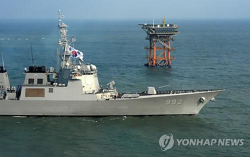 """2日韩国""""栗谷李珥号""""宙斯盾驱逐舰在离於岛综合海洋科学基地附近海域巡航的画面。(韩联社)"""