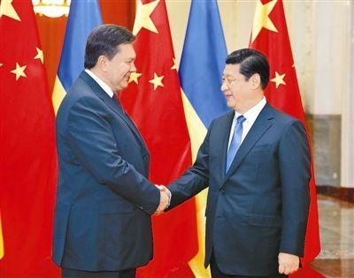 12月5日,国家主席习近平在北京人民大会堂同乌克兰总统亚努科维奇举行会谈。这是会谈前,习近平在人民大会堂北大厅为亚努科维奇举行欢迎仪式。