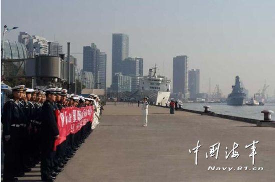 """英国""""勇敢""""号导弹驱逐舰抵达上海正在靠港"""
